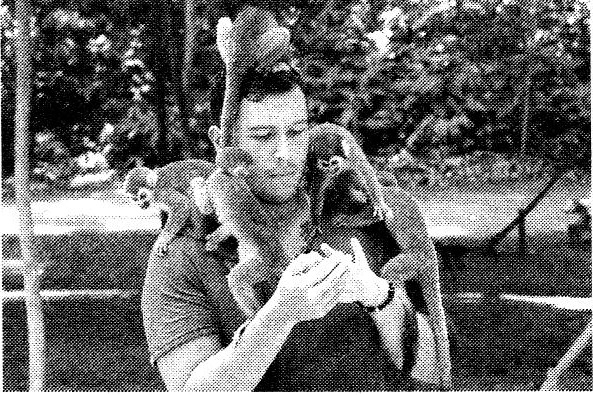 Как называют специалиста-зоолога, изображённого на фотографии, который занимается поведением животных
